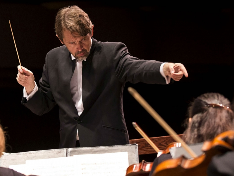 Image of Andrey Boreyko, conductor of the Naples Philharmonic on stage during a performance