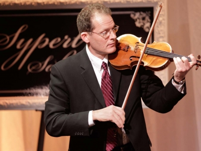 Image of Geoffrey Day of the Naples Philharmonic on stage playing violin during a Sypert Salon performance