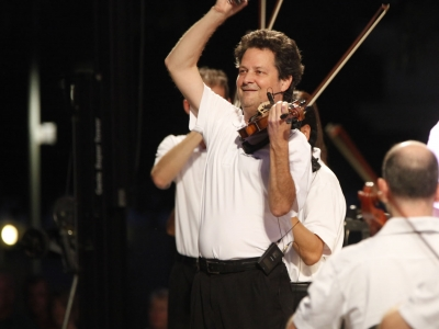 Image of Glenn Basham, concertmaster of the Naples Philharmonic, welcoming the audience to the Pro-Am event