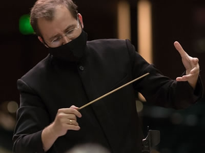Image of Radu Paponiu with the Naples Philharmonic on stage during a performance